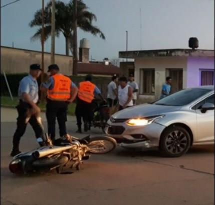 COLISIONARON AUTO Y MOTO EN CALLE MENDOZA