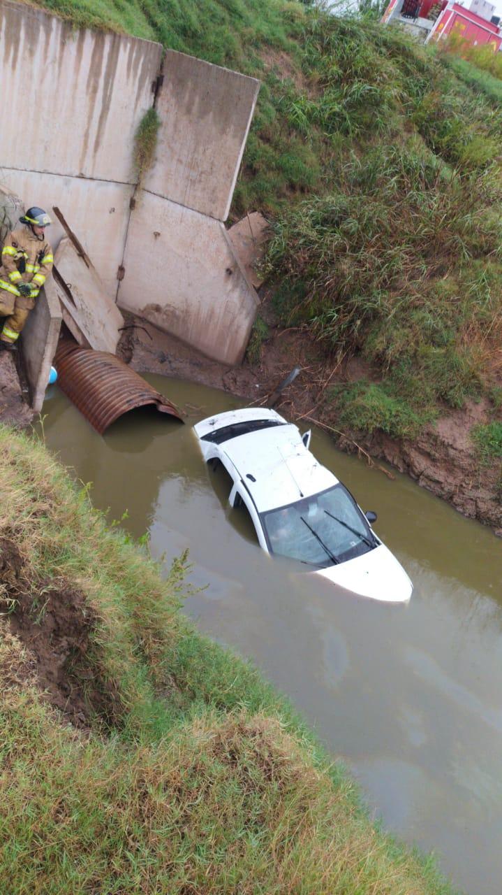AUTO CAYÓ EN UNA ALCANTARILLA DEL CANAL