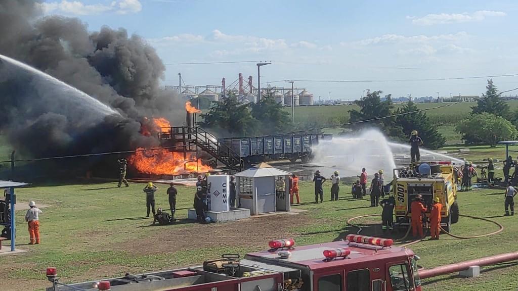CURSO EN EL CAMPO DE ENTRENAMIENTO DE BOMBEROS