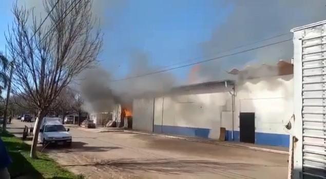 MONTE BUEY: INCENDIO EN DEPÓSITO DE SUPERMERCADO