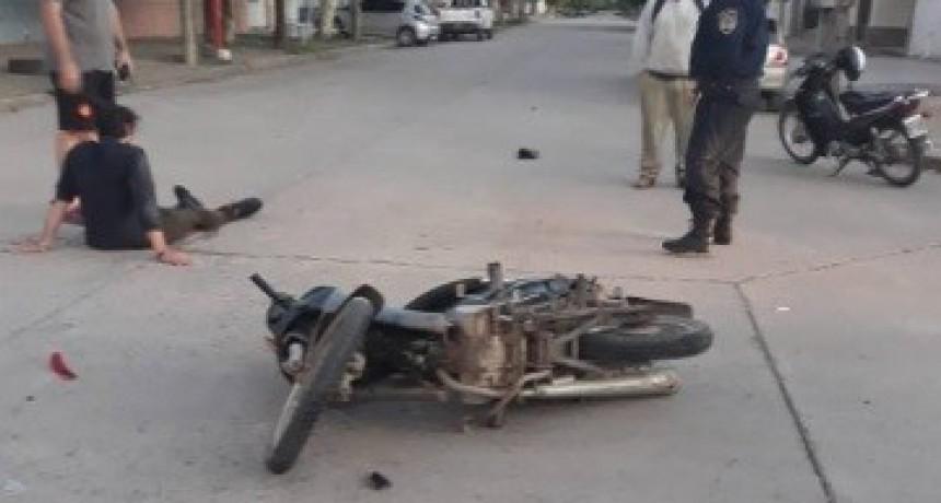 ACCIDENTE ENTRE MOTO Y AUTO EN EL CENTRO